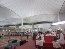 Suasana di bandara Jeddah, jemaah indonesia beratur di kounter kementrian haji.