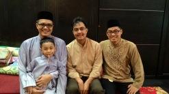 Dari kiri: Iyan, suami dan Pak Ridwan