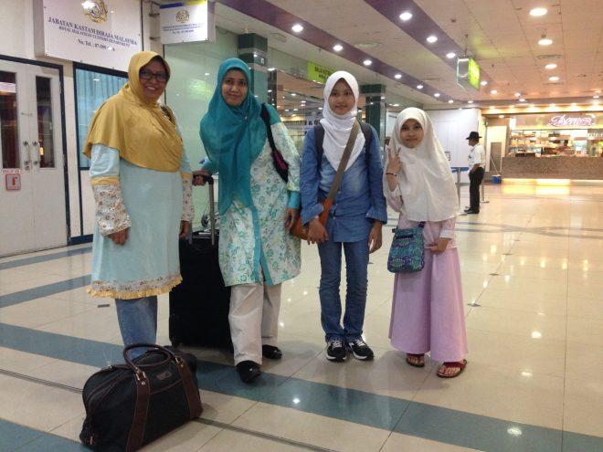 Neng dan Quena di Senai airport